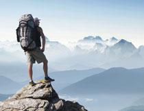 登顶鸟瞰群山的背包客高清图片