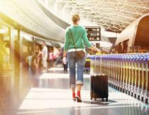 拉行李箱到机场的美女高清图片