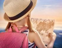 在看地图的小女孩背影高清图片