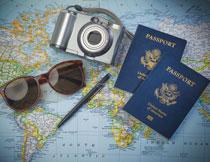 地图上的墨镜与护照等高清图片