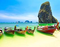 海边的游览小木船摄影高清图片