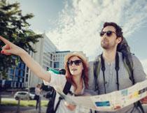 看地图找路的男女摄影高清图片