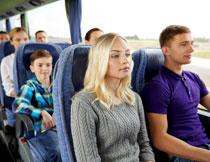 在大巴车上的乘客人物高清图片