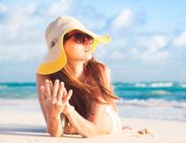 沙滩上的美女人物摄影高清图片