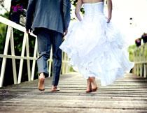 光着脚的新娘新郎摄影高清图片