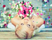 闭眼闻花香的美女摄影高清图片