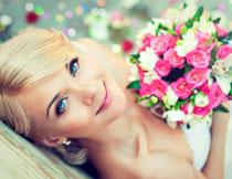 手里拿着鲜花的新娘高清图片