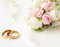 金戒指与鲜花特写摄影高清图片