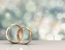 立着放的金色戒指摄影高清图片