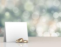 金戒指与空白卡片摄影高清图片
