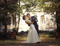 新郎与白色婚纱的新娘高清图片