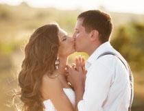 在接吻的新娘新郎摄影高清图片