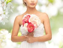 拿着一束花的新娘摄影高清图片