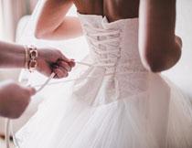 在系着绑带的新娘摄影高清图片