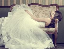 躺在沙发上的婚纱新娘高清图片