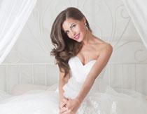 坐着的抹胸装婚纱新娘高清图片