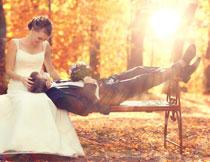 条凳上的新娘新郎摄影高清图片