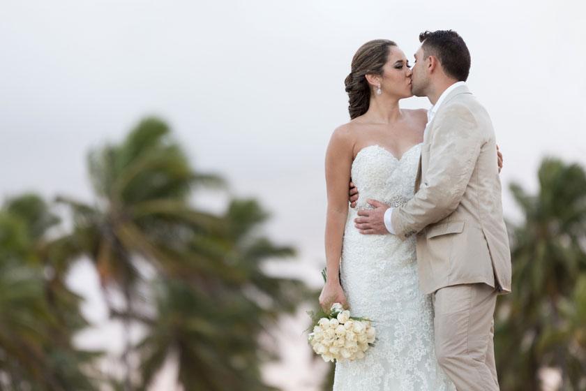在亲吻的新娘新郎摄影高清图片