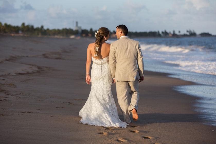 海边沙滩新娘新郎人物高清图片