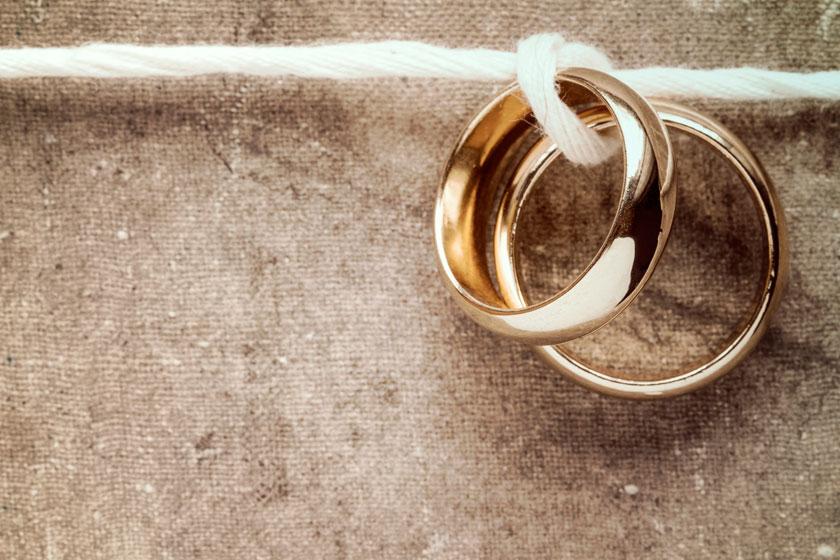 在一根绳上的戒指摄影高清图片