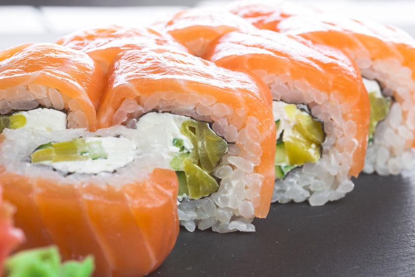 鲜美的三文鱼寿司特写高清图片