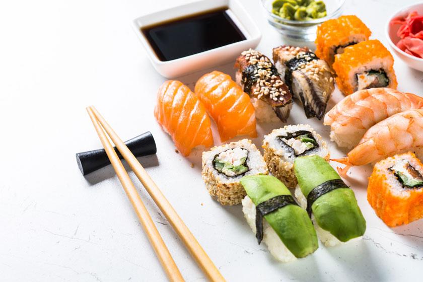 摆好了的不同口味寿司高清图片