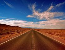 蓝天白云沙漠公路风光高清图片