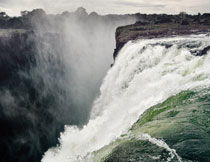 从山上倾泻而下的瀑布高清图片