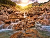 山上流下来的溪水摄影高清图片