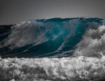 海面上卷起的大浪摄影高清图片