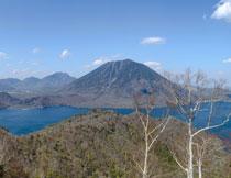 蓝天白云群山湖泊摄影高清图片