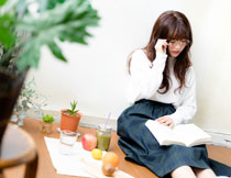 靠着墙看书的女孩摄影高清图片