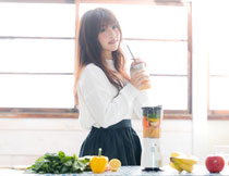手里拿一杯果汁的美女高清图片
