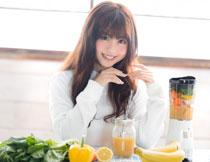 在面前放着蔬果的美女高清图片