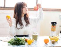 美女与新鲜的水果蔬菜高清图片