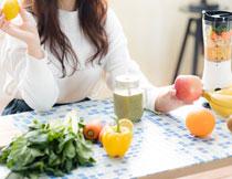 美女与桌上的蔬菜水果高清图片
