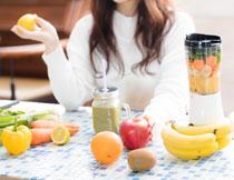 美女人物与榨汁用食材摄影图片