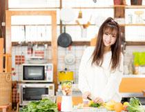 厨房里忙活的美女摄影高清图片