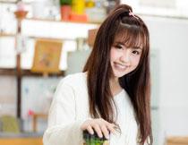 在厨房榨汁的美女摄影高清图片