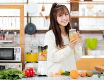 手拿着鲜榨果汁的美女高清图片
