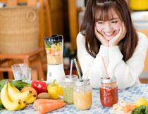 新鲜果汁与开心的美女高清图片