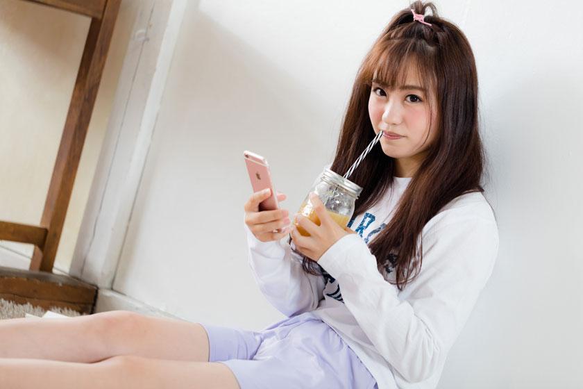喝新鲜果汁的美女摄影高清图片