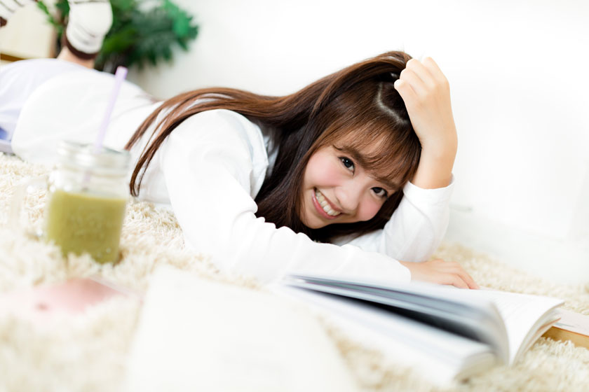 地毯上的开心女孩摄影高清图片