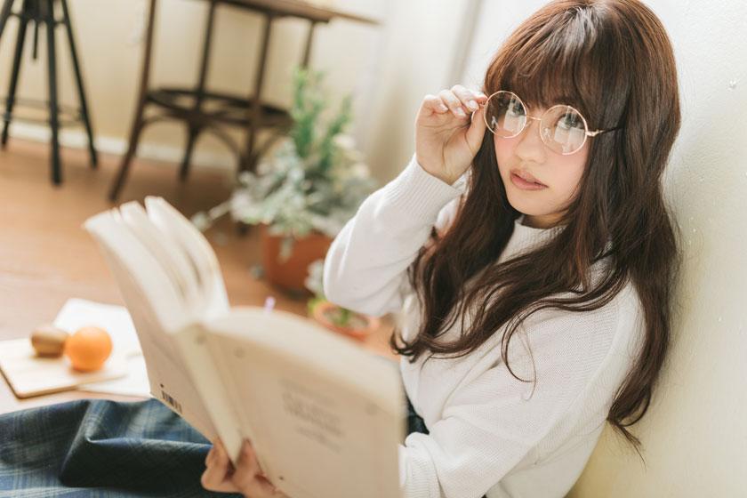 手扶着眼镜看书的美女高清图片