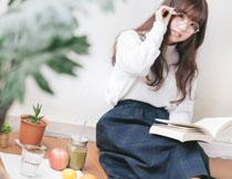 戴眼镜的长发美女摄影高清图片