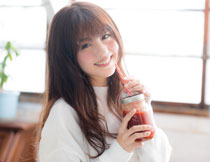 喝果汁的长发甜美女孩高清图片
