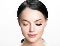 美女戴假睫毛前后效果对比图片