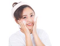 做洗脸动作的美女摄影高清图片