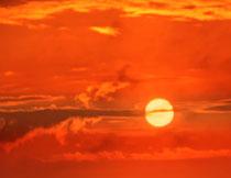 天空云彩中的一轮红日高清图片