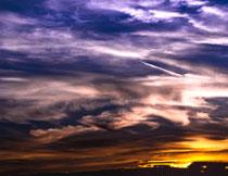 浓重云彩后的阳光摄影高清图片